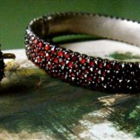 Prsten ukrašen garnetom – vrhunac poverenja i posvećenosti